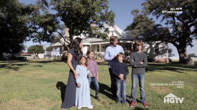 Last Night On Fixer Upper Season 5 Chip And Joanna With The Help Of Their Children Decide To Build A Large Garden At Farm